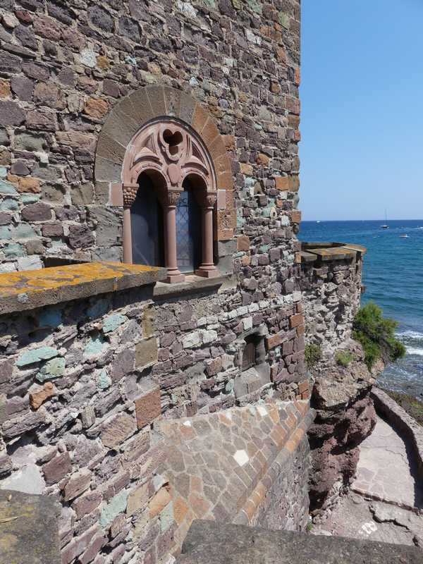 Les remparts avec la vue sur la mer et sur la promenade au raz de l'eau