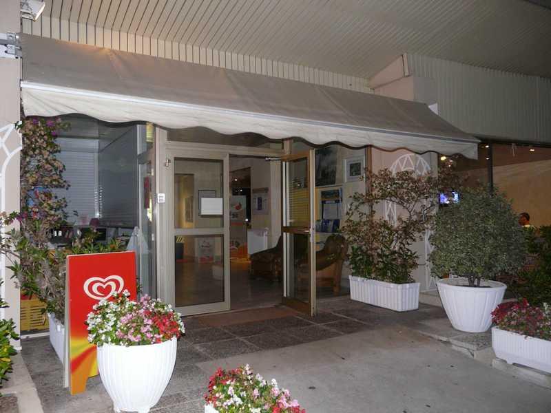 L'entrée de la résidence Cannes marina le Surcouf Club Hôtel coté ville et coté port et piscine .