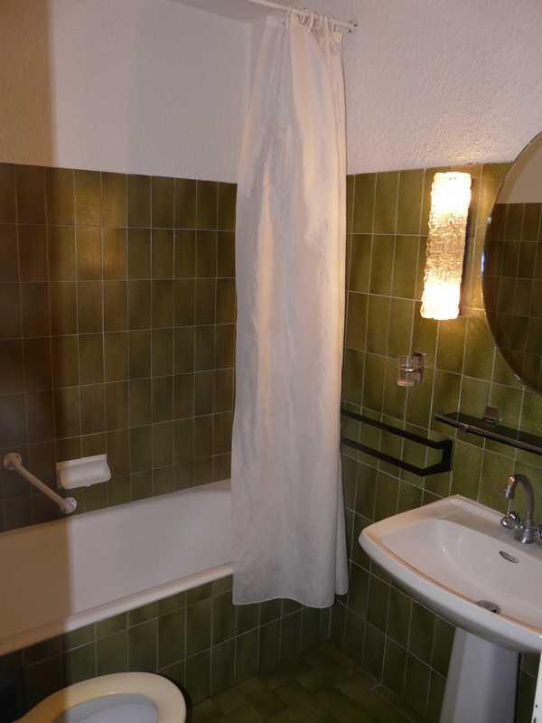 La partie cuisine et la salle de bain