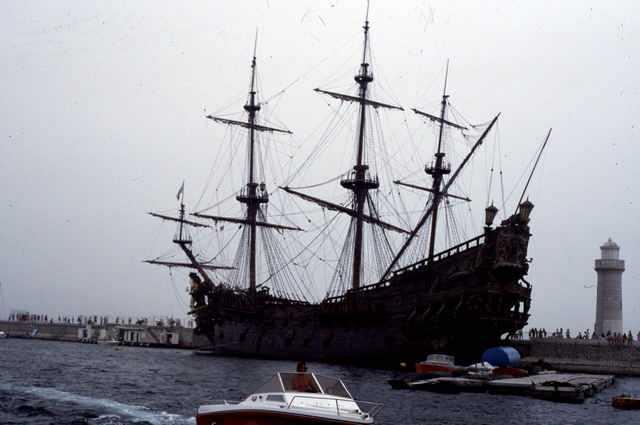 Le galion Le Neptune dans le port de Cannes