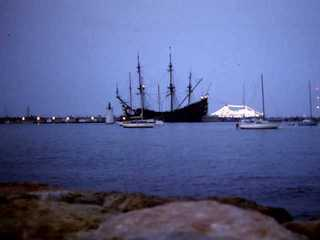 Le galion Le Neptune dans le port de Cannes film Pirates